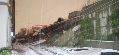 7 metrelik istinat duvarı otomobilin üzerine çöktü