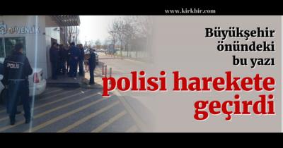 KOCAELİ BÜYÜKŞEHİR BELEDİYESİ ÖNÜNE ASILAN AFİŞ POLİSİ ALARMA GEÇİRDİ