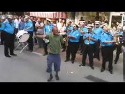 Fethiye Caddesinde Belediyenin Bandosu ile Eğleniyor